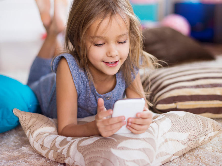 niña viendo celular