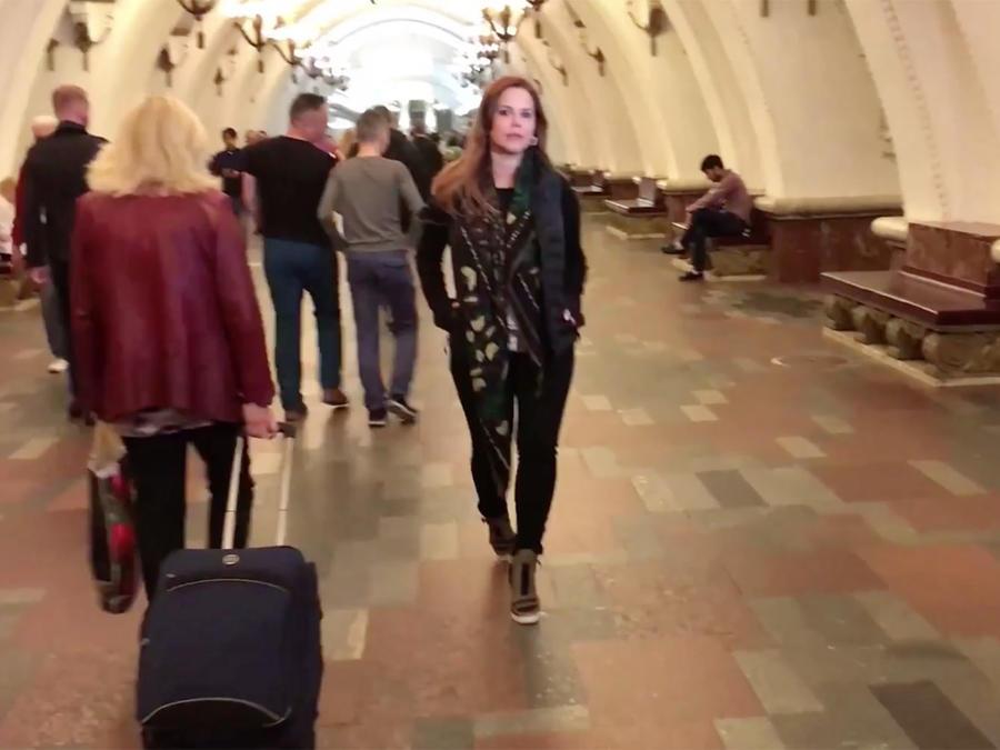 María Celeste Arrarás recorre el metro de Moscú