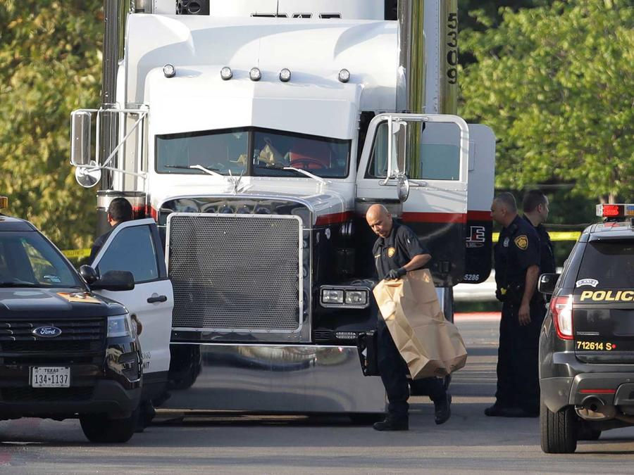 Policías investigan camión en el que murieron nueve inmigrantes en San Antonio, Texas el 23 de julio del 2017