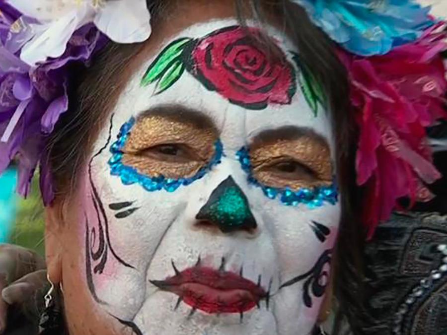 Te llevamos a recorrer una feria que celebra la tradición mexicana del Día de los Muertos