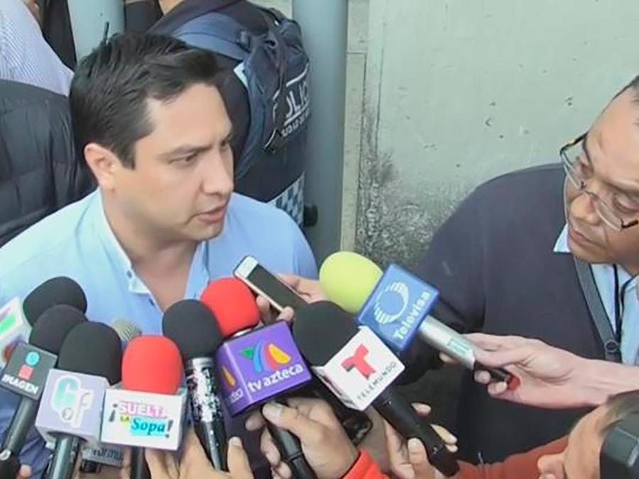 Julión Álvarez se presentó ante las autoridades americanas para aclarar sus problemas