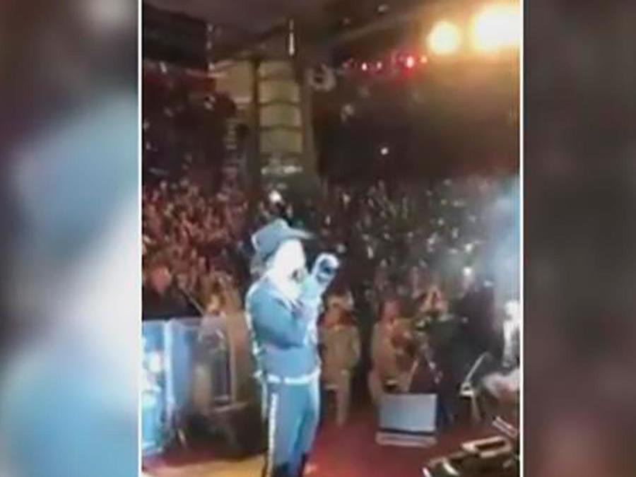 Alejandro Fernández vuelve a presentarse tan ebrio que no puede mantenerse en pie