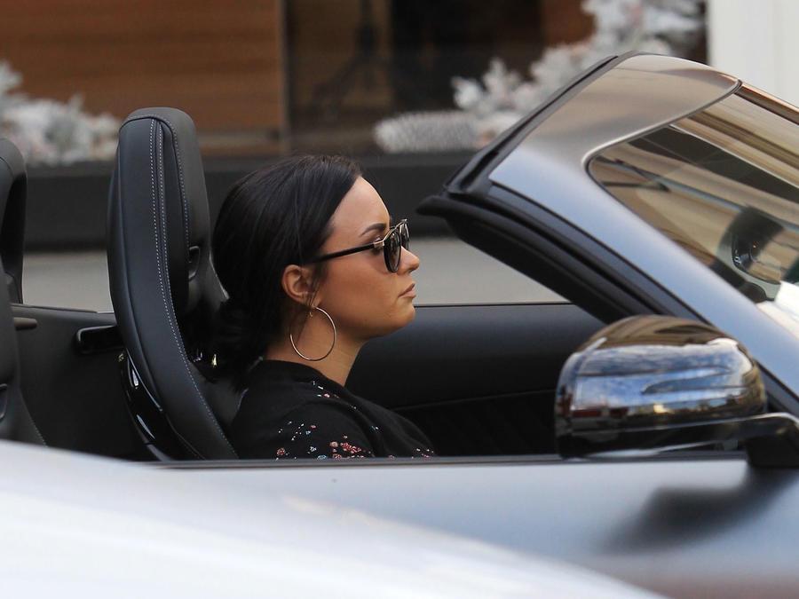 Demi Lovato se paseó en un lujoso auto