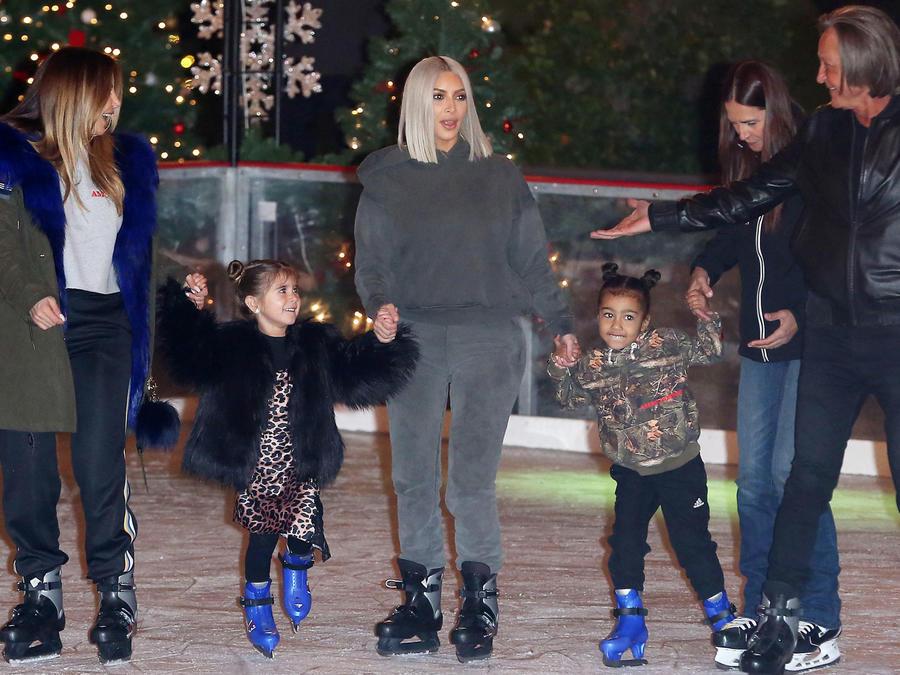 Kim Kardashian patinando