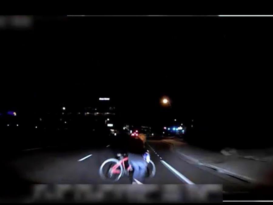 Momento en que un vehículo autónomo de Uber atropella a una mujer