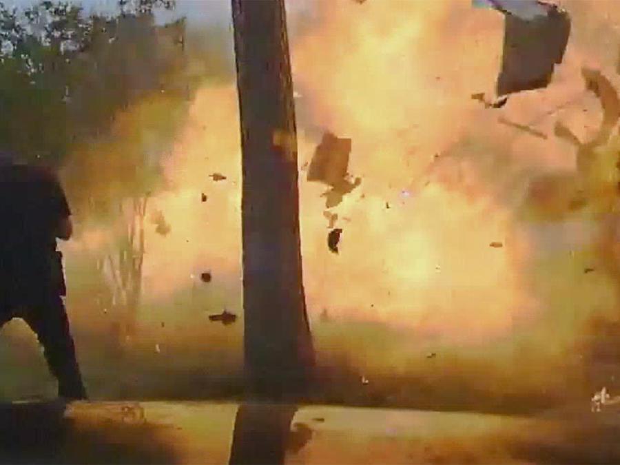 Indocumentado causa explosión al chocar contra una casa