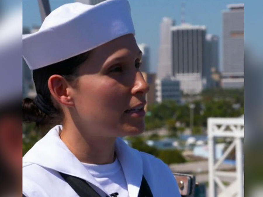 Mujer colombiana a bordo del USS New York