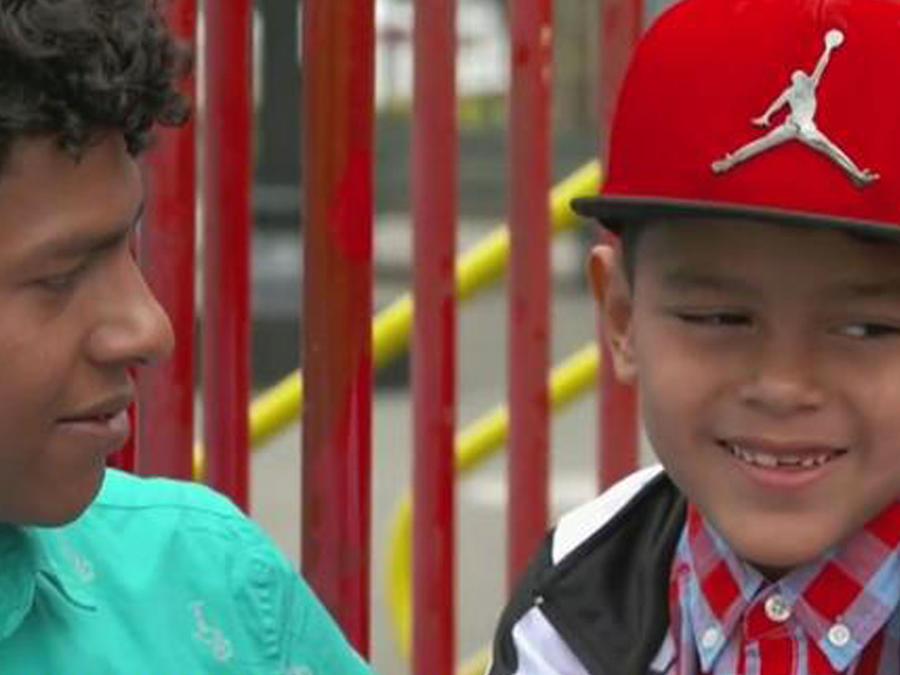 Dos hermanos separados por inmigración se reencuentran