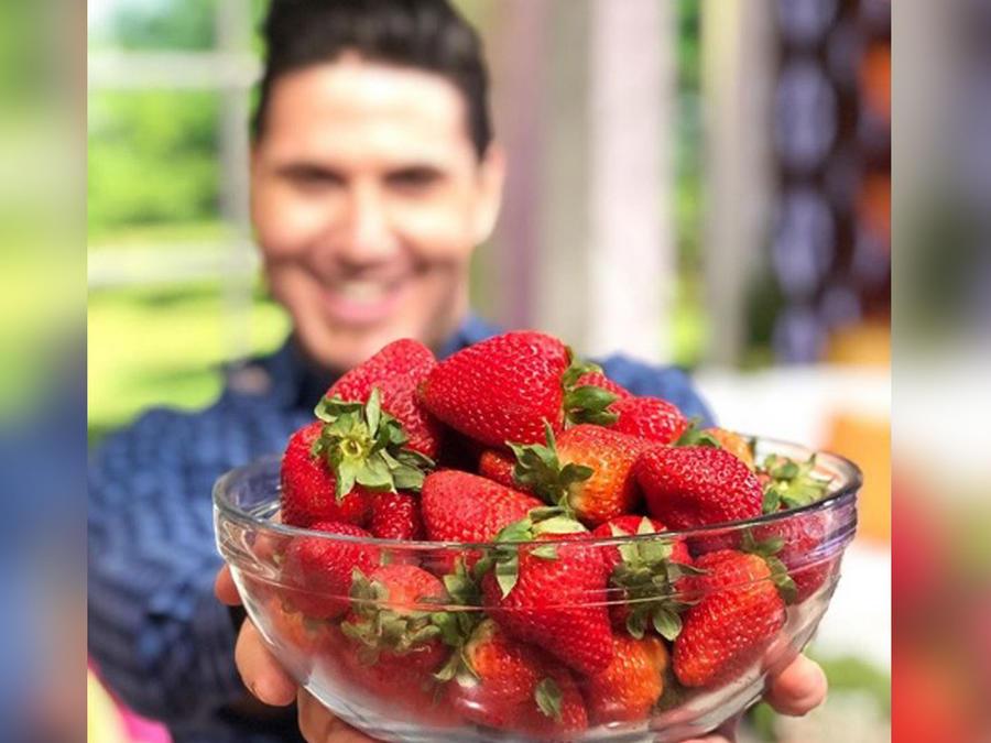 Chef James prepara fresas con crema