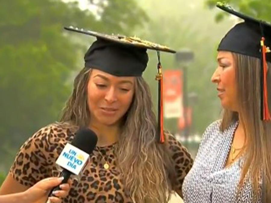 Madre e hija se gradúan juntas de la universidad
