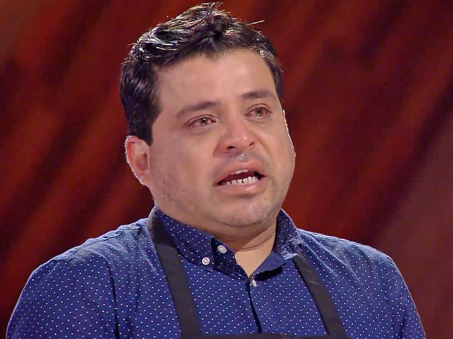 Javier llora tras escuchar a la Chef Claudia
