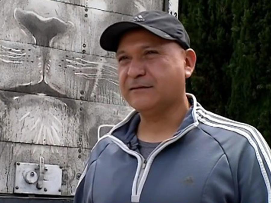 Arnulfo González, artista que pinta con la suciedad del camión