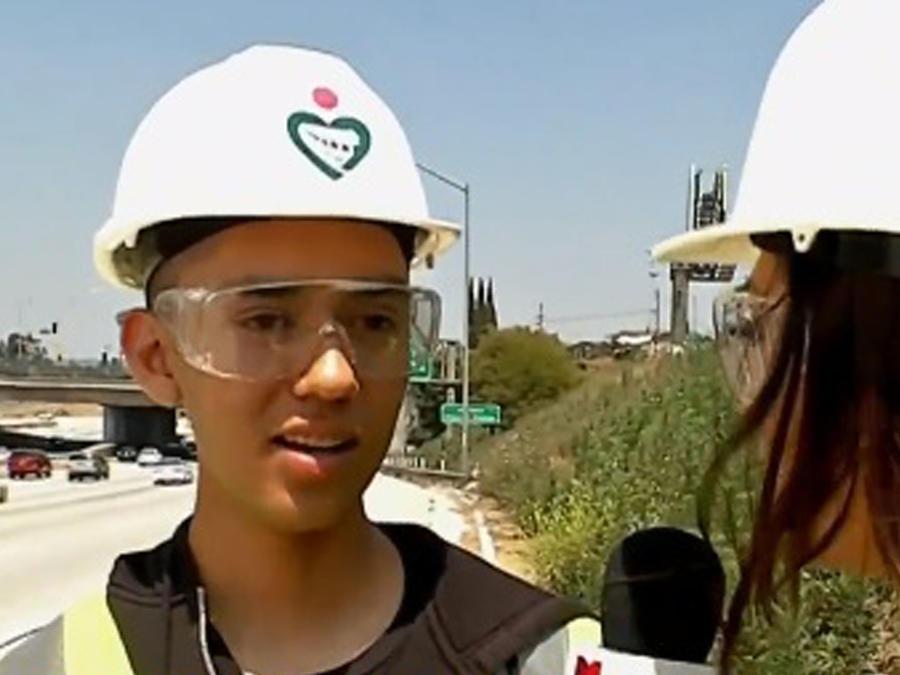 Joven hispano limpia carretera de Los Ángeles