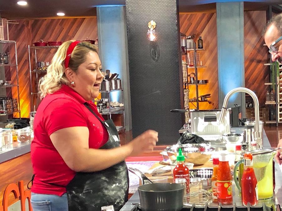 María Luisa y el Chef Benito Molina en el reto de eliminación de MasterChef Latino 2