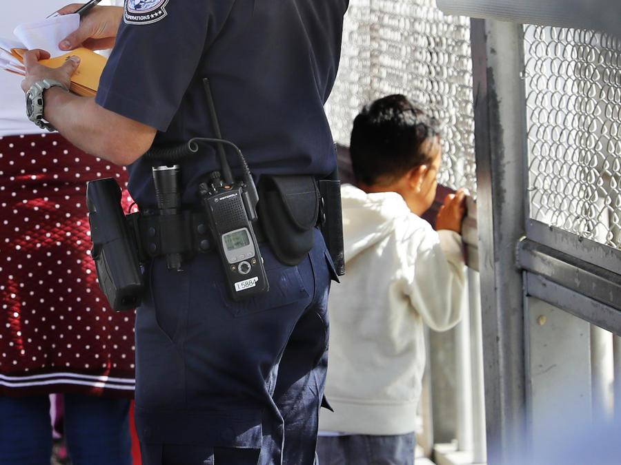 Imagen de archivo de un agente de la Oficina de Aduanas y Protección revisando los documentos de migrantes en la frontera con México.