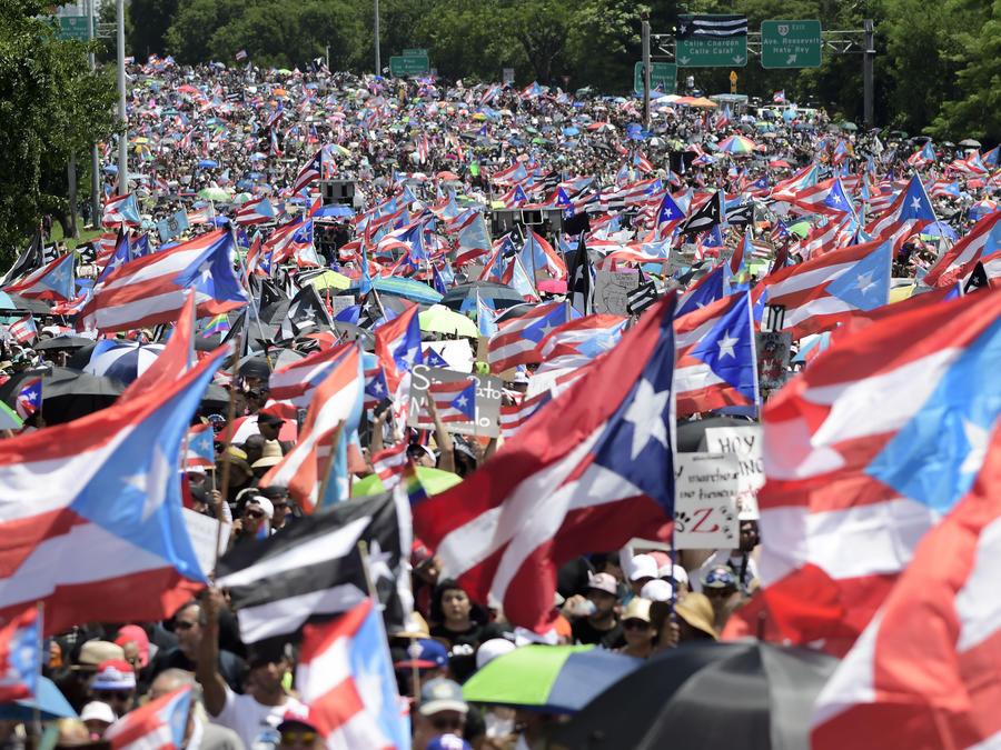 Boricuas protestan en las calles de San Juan, Puerto Rico, para exigir la renuncia del gobernador Ricardo Rosselló tras la filtración de un chat en donde utilizaba un lenguaje denigrante.