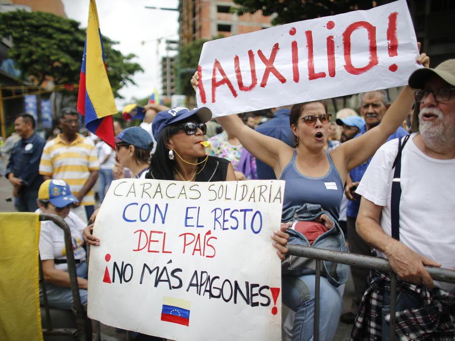 Venezolanos protestan en las calles de Caracas tras el masivo apagón que dejó al país en total oscuridad y se extendió por 10 horas.