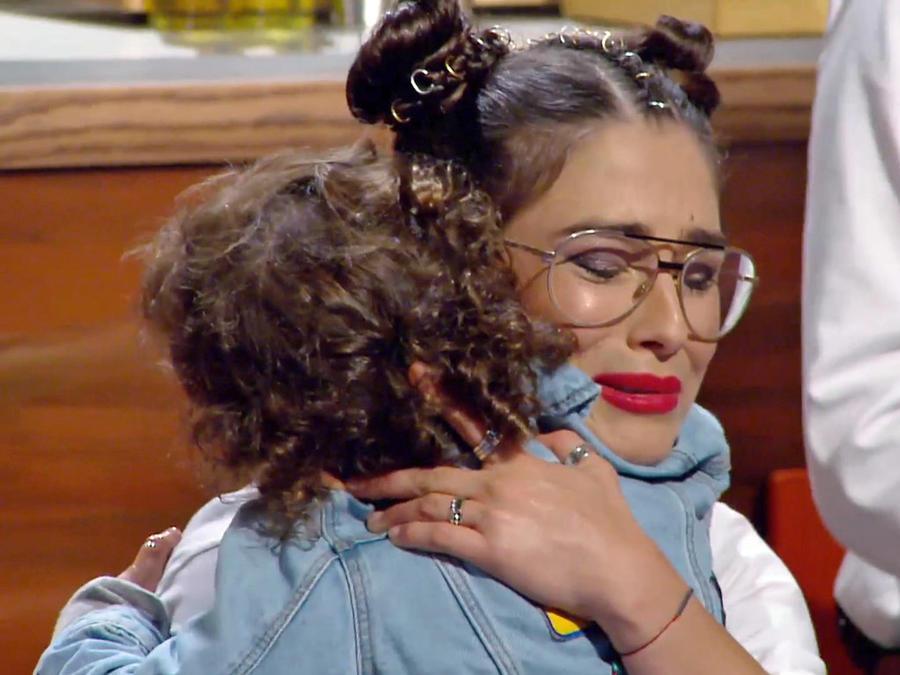 Lauren Arboleda abraza a su hijo en la gran final de MasterChef Latino 2