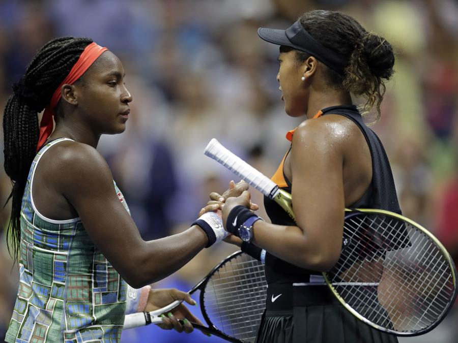 Coco Gauff (izquierda) estrecha la mano de Naomi Osaka tras perder ante Osaka durante la tercera ronda del US Open