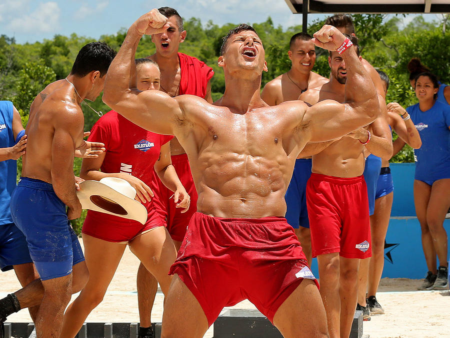 Mack Roesch celebra mostrando sus músculos