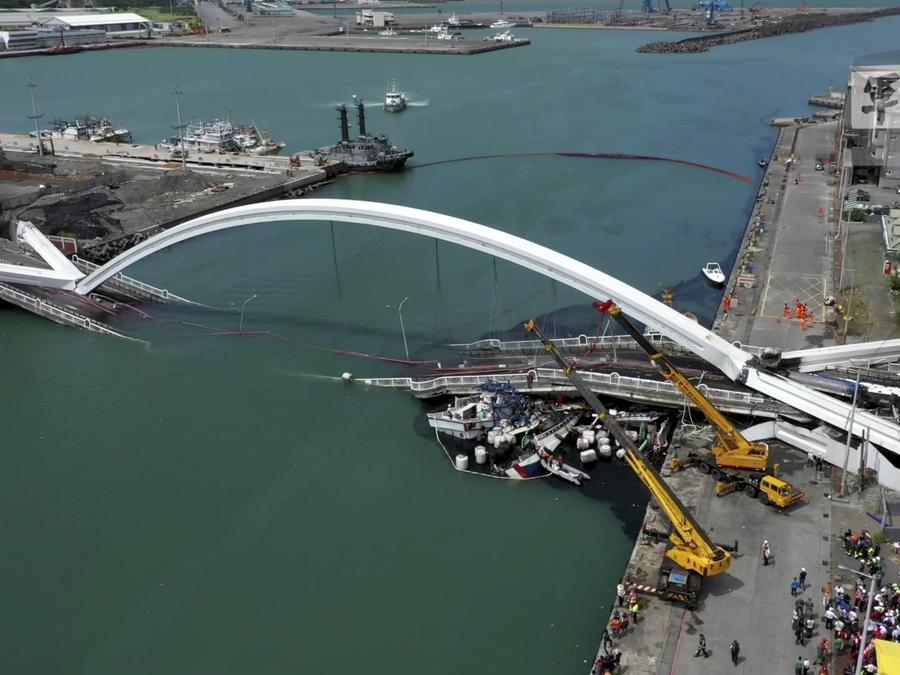 En Taiwán, un puente se derribó sobre varios botes de pescadores y dejó al menos más de diez personas heridas