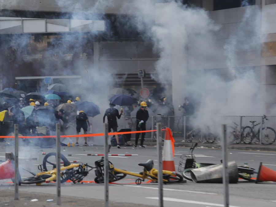 Las protestas en Hong Kong, que dejaron a un hombre herido de bala, se intensificaron en el aniversario del comunismo chino