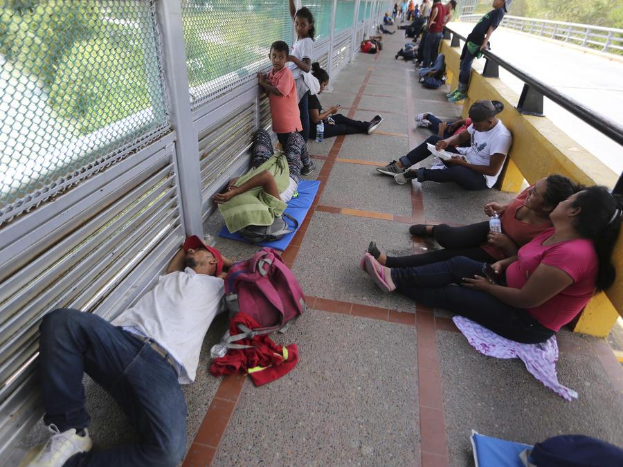 Cansados de esperar por su asilo, cientos de migrantes bloquearon el puente fronterizo de Matamoros