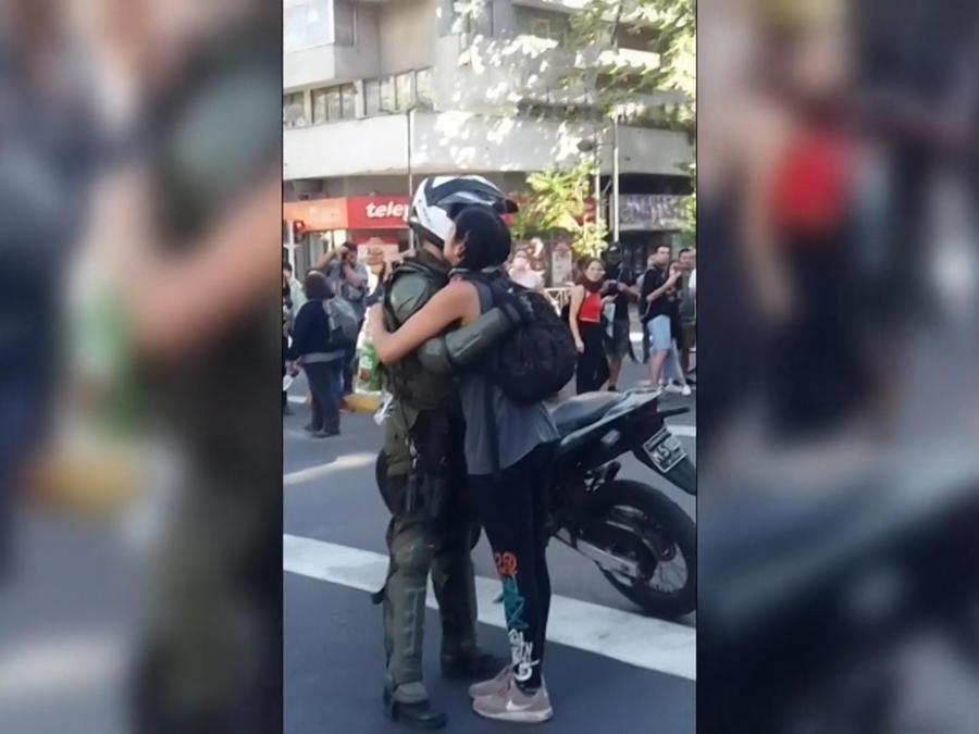 Una manifestante abraza a un policía en Chile el 22 de octubre de 2019