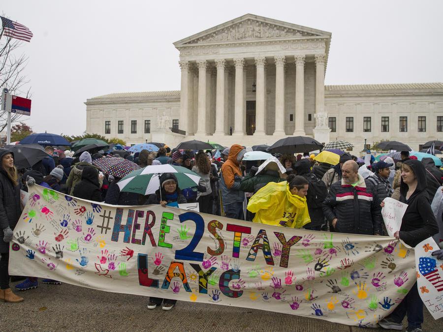 Cientos de dreamers llegan a la Corte Suprema reclamando DACA