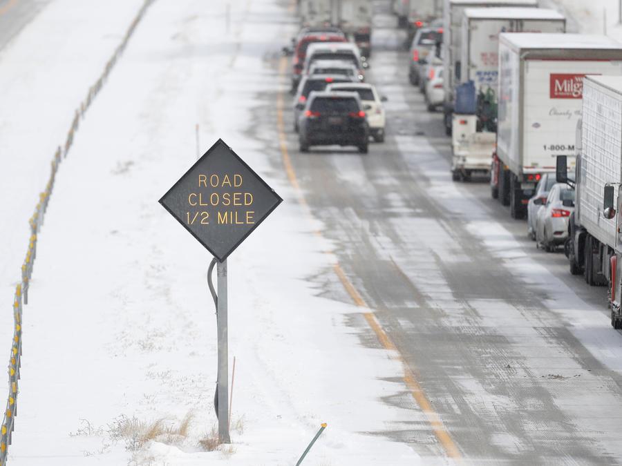 Múltiples cancelaciones de vuelos, retrasos y 200 millones de personas afectadas por las bajas temperaturas que empiezan a deslizarse hacia el sur del país.