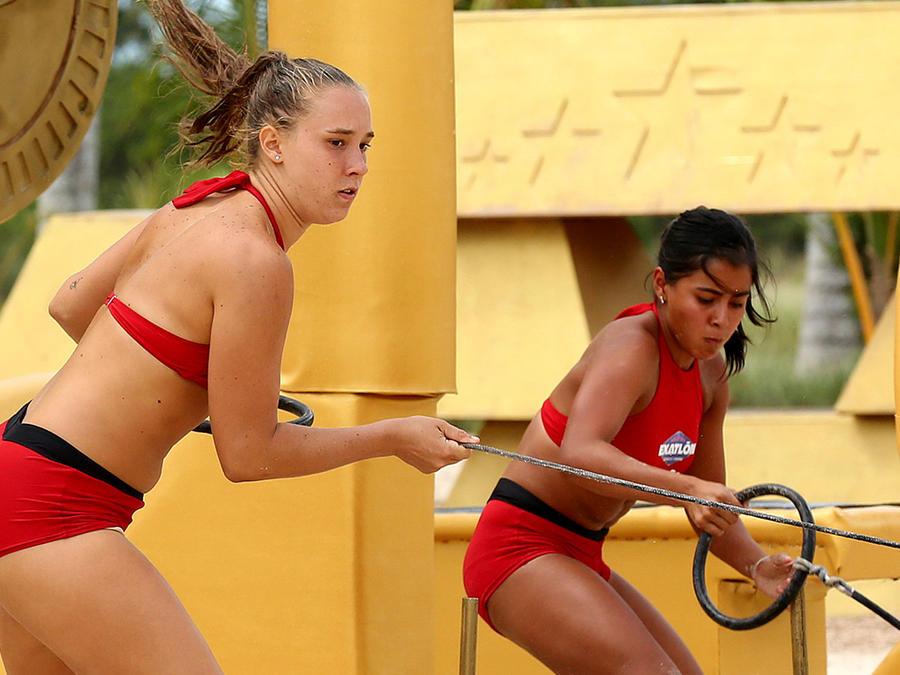 Nicole y Shaila jalando cuerda en circuito dorado
