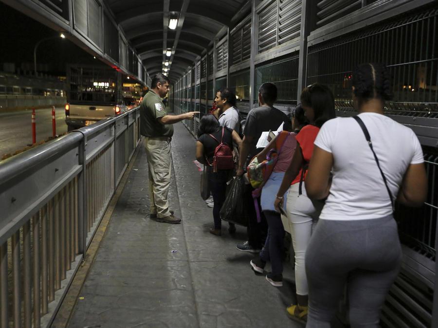 Migrantes denuncian secuestros y extorsiones mientras esperan en la frontera de México