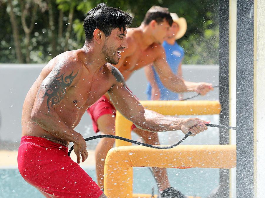 Venado y Mack jalan cuerda en circuito de la piscina olímpica