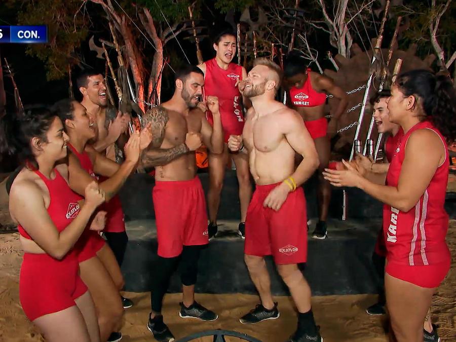 Nate Burkhalter festeja con sus compañeros