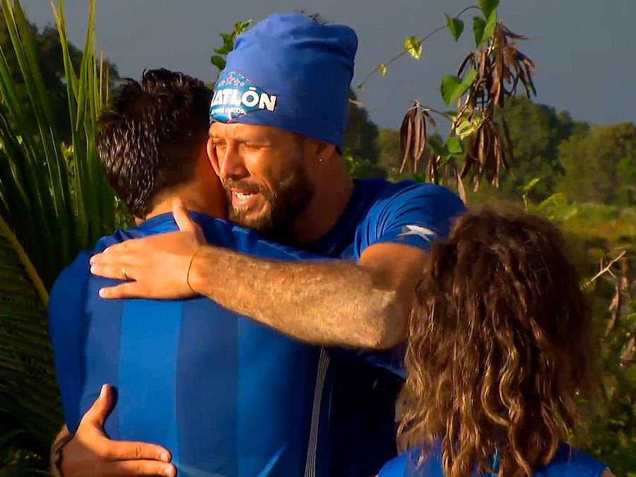 Omar abraza a Isaiah en su despedia