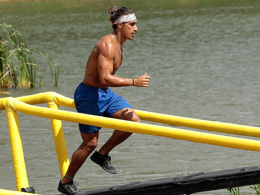 Elías corre por el puente al lado del río Chavón