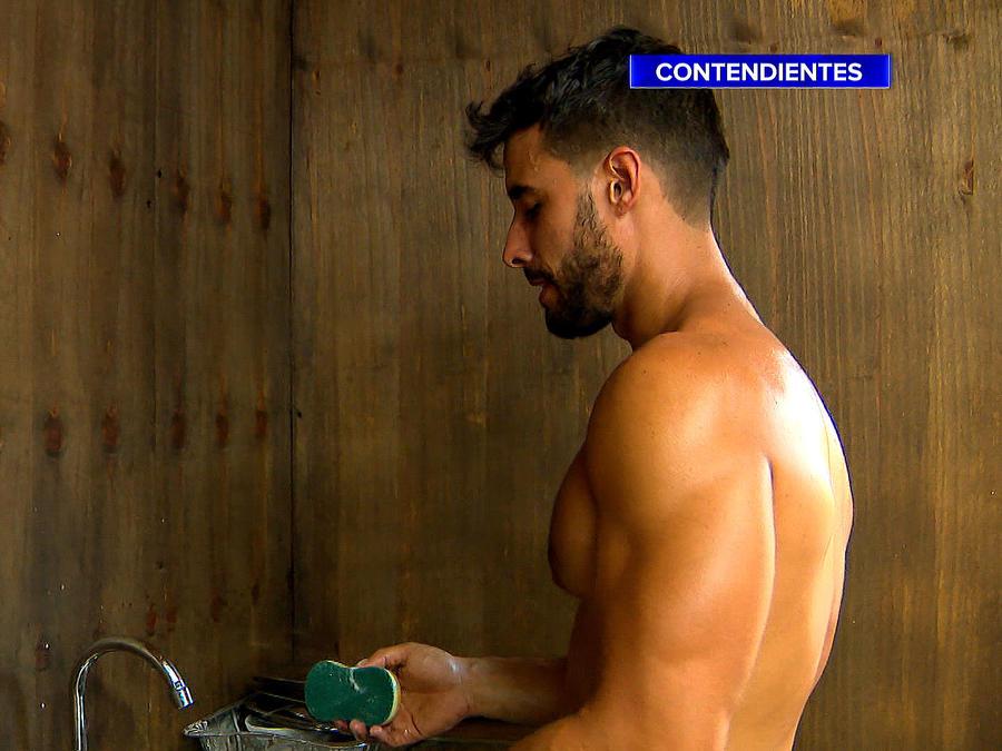 Mertel lavando platos en la Cabaña