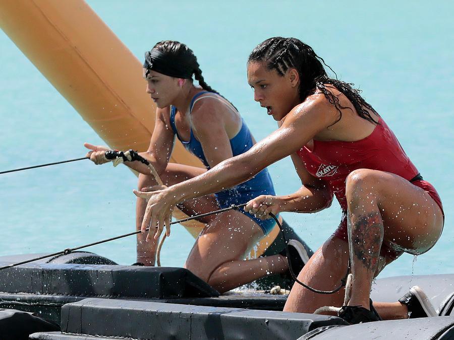 Alejandra y Dennhi jalan cuerdas sobre el mar Caribe