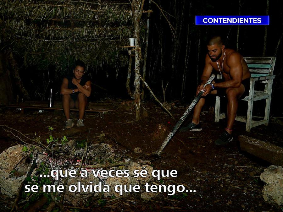 Mely y Chuy conversan en la noche afuera de la Cabaña