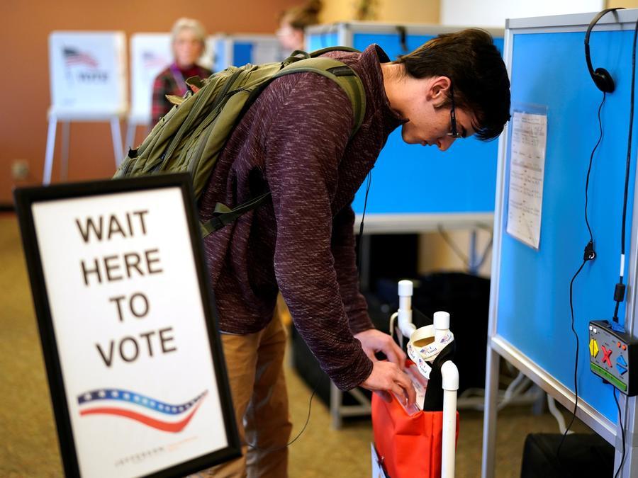 Votante coloca su boleta en la bolsa de recolección en el centro de Colorado School of Mines in Golden