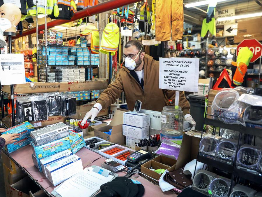 Un trabajador de suministros médicos compra guantes en Safety King, una tienda de suministros de construcción en el distrito de Brooklyn de la ciudad de Nueva York, EE. UU.