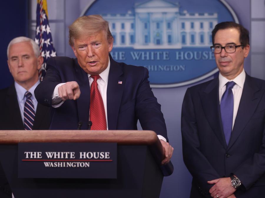 El presidente de los Estados Unidos, Donald Trump, responde preguntas durante la sesión informativa diaria de respuesta al coronavirus en la Casa Blanca en Washington, EE. UU.