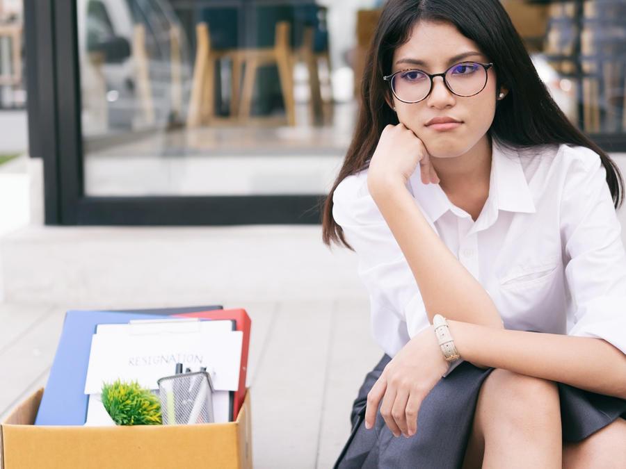 Mujer despedida esperando triste