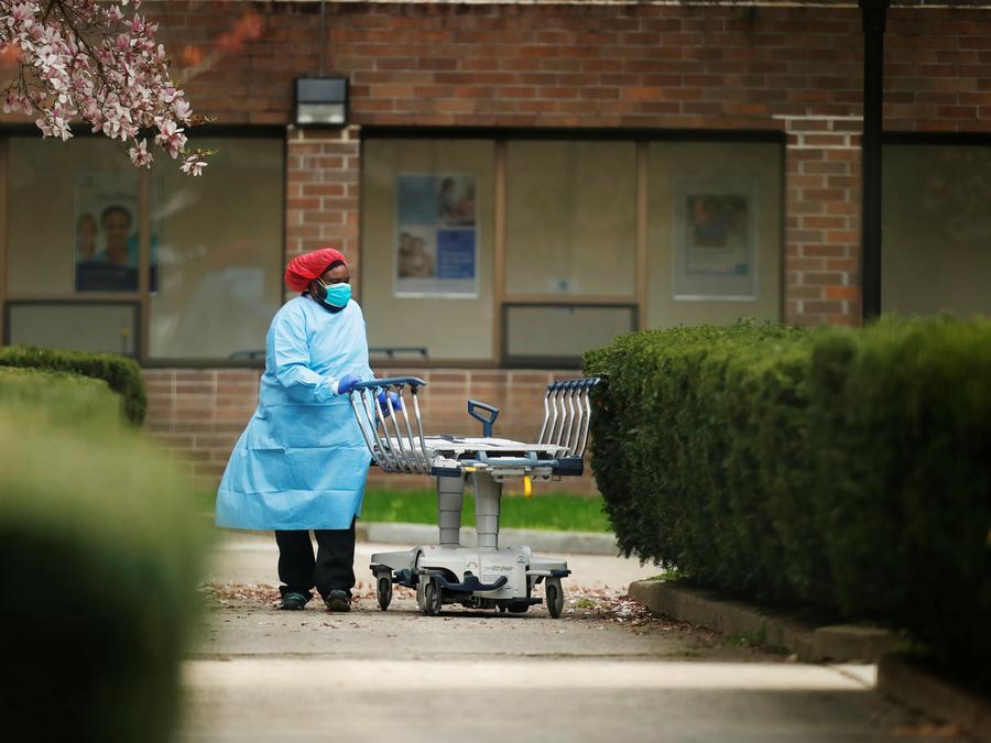 Un trabajador de la salud empuja una camilla hacia un camión refrigerado en el Centro Médico Judío Kingsbrook durante el brote de la enfermedad por coronavirus (COVID19) en el distrito de Brooklyn de Nueva York, EE. UU.
