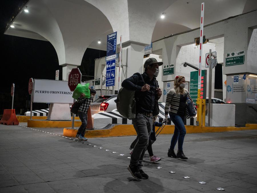 Los migrantes cruzan la frontera para reprogramar sus audiencias de inmigración en medio del brote de la enfermedad por coronavirus (COVID-19) en Ciudad Juárez