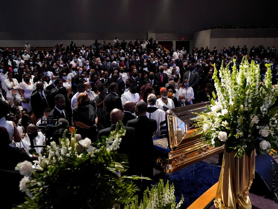 Los miembros de la familia de George Floyd se detienen en el ataúd durante un funeral para Floyd en la iglesia The Fountain of Praise