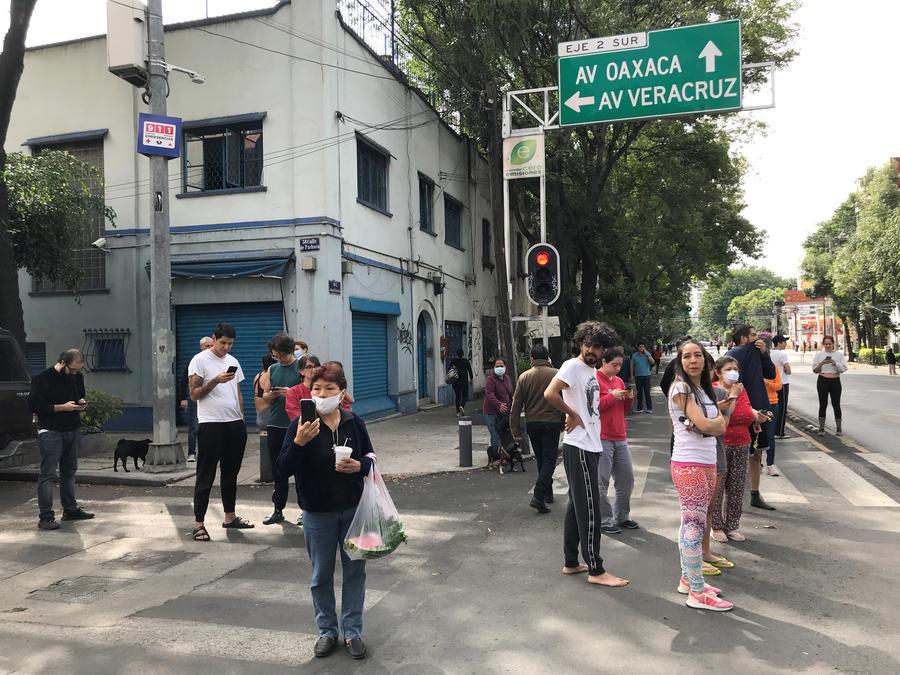 La gente reacciona después de un terremoto en la Ciudad de México, México