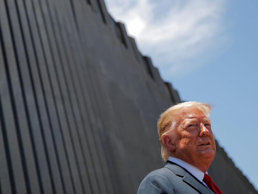 Trump este martes junto al muro en Yuma, Arizona.