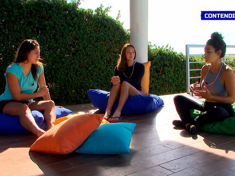 Queta, Naomi y Claudia hablan en la Fortaleza