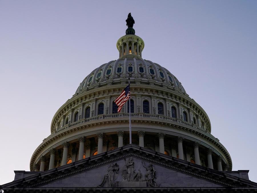 La bandera de Estados Unidos ondea frente a la cúpula del Capitolio en Washington, EE.UU.